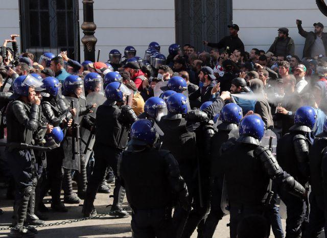 Επεισόδια και χημικά σε αντικυβερνητική διαδήλωση στην Αλγερία | tovima.gr
