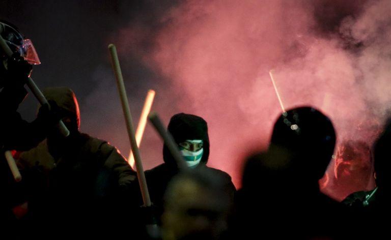 Η στιγμή της επίθεσης των κουκουλοφόρων στο Παπαστράτειο! (vid) | tovima.gr