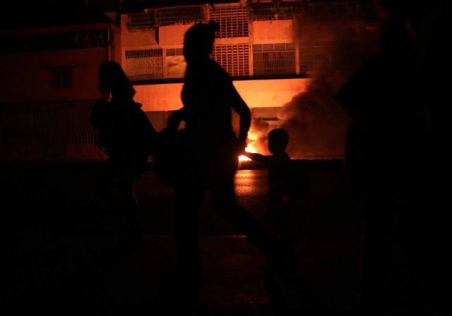 Στο σκοτάδι παραμένει η Βενεζουέλα | tovima.gr