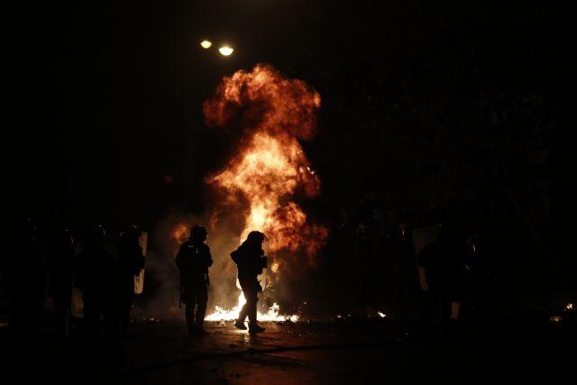 Mολότοφ στο κέντρο της Αθήνας – Εκαψαν αυτοκίνητο – Συνελήφθη ένα άτομο | tovima.gr