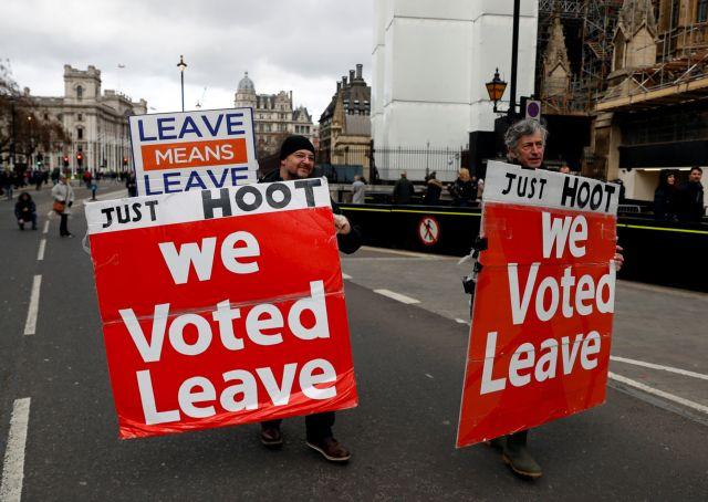 Brexit: Οι πολίτες γυρίζουν την πλάτη τους στην Τερέζα Μέι | tovima.gr
