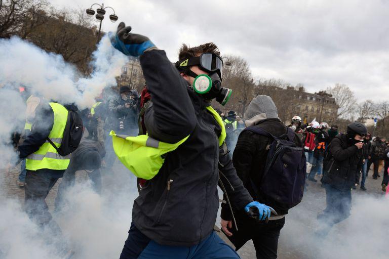 Χάος στο Παρίσι: Συγκρούσεις της αστυνομίας με τα «κίτρινα γιλέκα» | tovima.gr