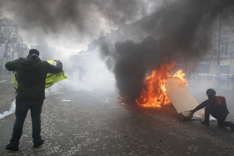 Παρίσι: Τραυματίες, λεηλασίες και εμπρησμοί από τα «κίτρινα γιλέκα» | tovima.gr