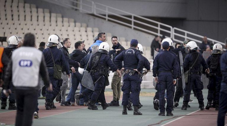 Νέα εισβολή οπαδών και διακοπή του παιχνιδιού στο ΟΑΚΑ | tovima.gr