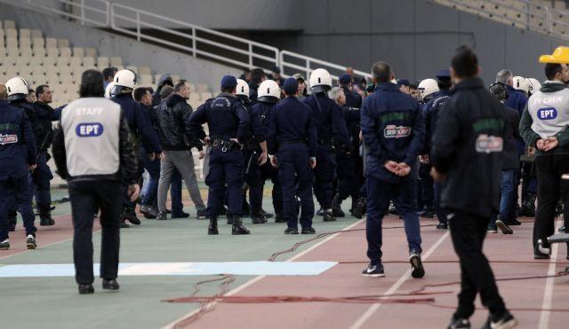 Οπαδοί του Παναθηναϊκού έκαναν ντου με μαχαίρι στον πάγκο του Ολυμπιακού | tovima.gr