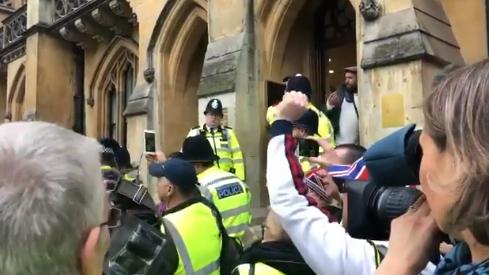 Βρετανία: Στο γραφείο του Γενικού Εισαγγελέα διαδηλωτές με κίτρινα γιλέκα | tovima.gr