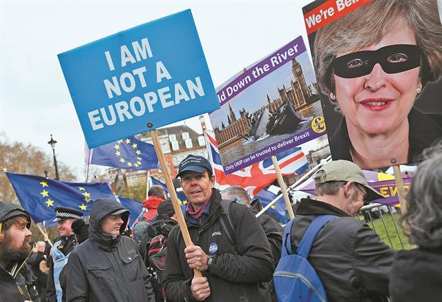Ψάχνουν διέξοδο στα τυφλά μπροστά στο αδιέξοδο του Brexit | tovima.gr
