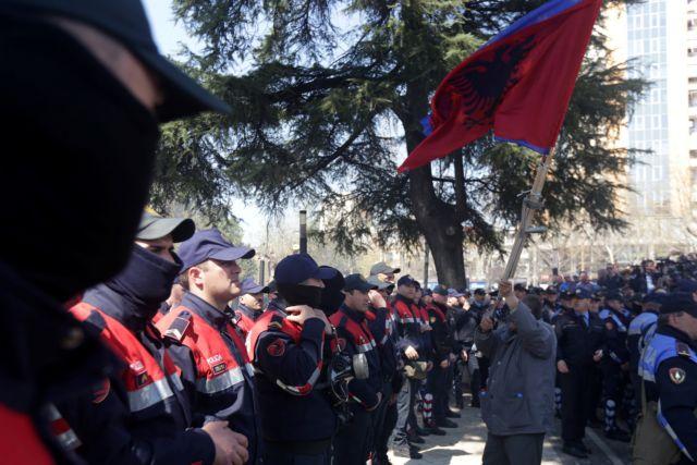 Τίρανα: Διαδηλωτές επιχείρησαν να εισβάλουν στη Βουλή | tovima.gr