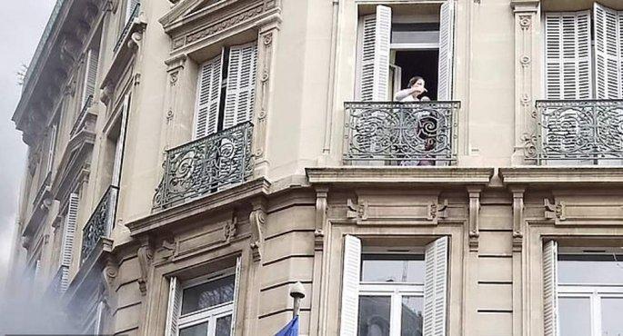 Παρίσι: Τα «Κίτρινα Γιλέκα» πυρπόλησαν τράπεζα – Εγκλωβίστηκε μητέρα με το μωρό της | tovima.gr