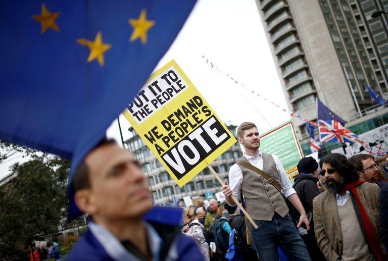 Πορεία στο Λονδίνο εναντίον του Brexit | tovima.gr