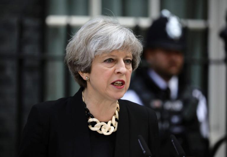 Brexit: Δημοσιεύματα βρετανικών εφημερίδων περί παραιτήσεως της Μέι   tovima.gr