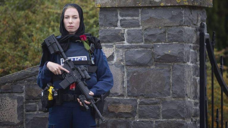 Νέα Ζηλανδία: Συγκίνησε η αστυνομικός που φόρεσε μαντίλα στις κηδείες των θυμάτων | tovima.gr