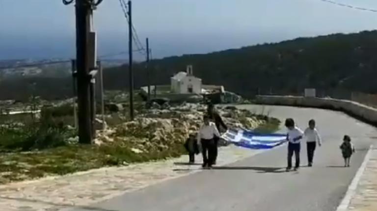 Η παρέλαση στη Γαύδο ήταν μοναδική: Μία τεράστια ελληνική σημαία και τρεις μαθητές | tovima.gr