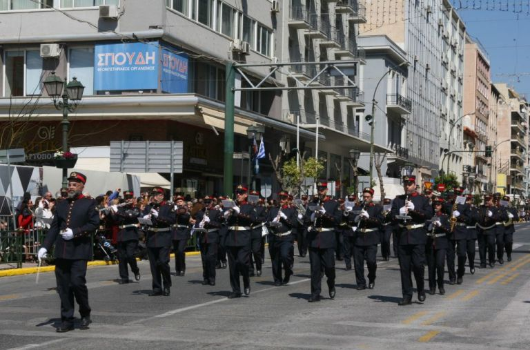 Πειραιάς: Εθνική υπερηφάνεια στο άκουσμα του «Μακεδονία Ξακουστή» στην παρέλαση | tovima.gr