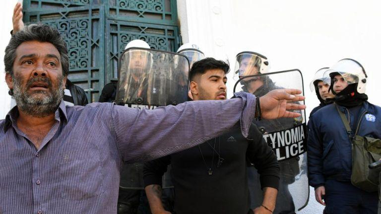Κόρινθος: Ισχυρές αστυνομικές δυνάμεις για την απολογία του 35χρονου που σκότωσε τον Ρομά | tovima.gr