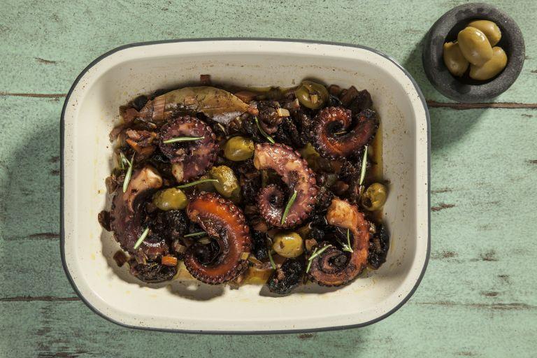 Χταπόδι στην κατσαρόλα με δαμάσκηνα και ελιές | tovima.gr