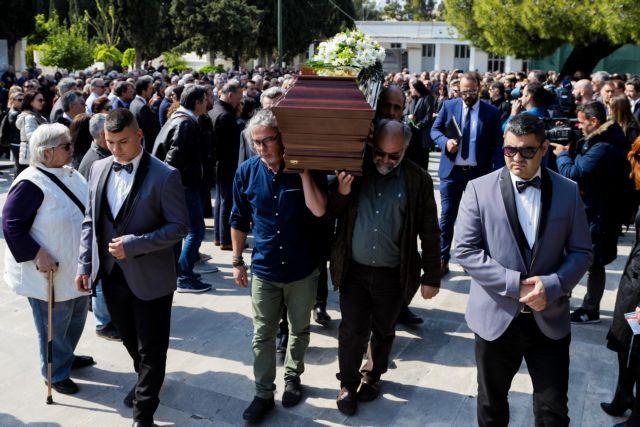 Κηδεία Λυριτζή: Οι συγκινητικοί επικήδειοι από τους φίλους του [Εικόνες] | tovima.gr