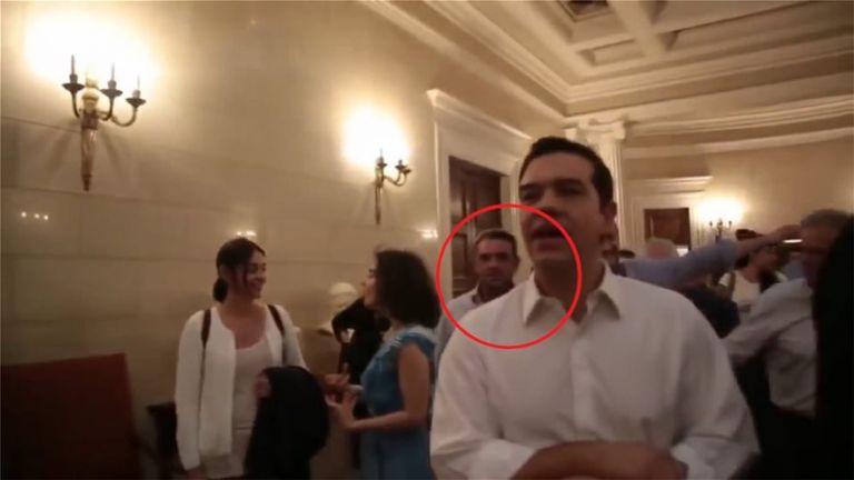 Αποκάλυψη: Στο Μαξίμου ο Πετσίτης και το βράδυ του δημοψηφίσματος – Ένα βήμα πίσω από τον Τσίπρα | tovima.gr