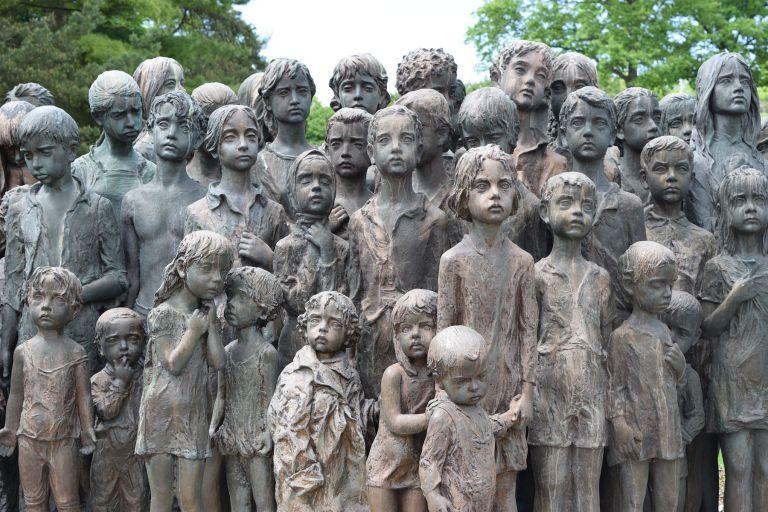 «Ενα Δέντρο Θυμάται» – Η ταινία του Κώστα Φόλλα για το Λίντιτσε, το «Δίστομο της Τσεχίας» | tovima.gr