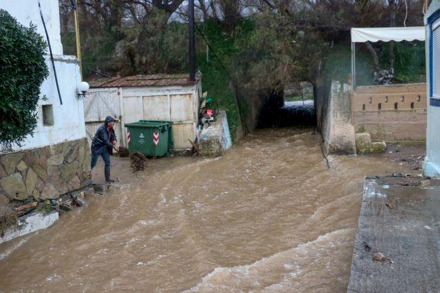 Σαρώνει η κακοκαιρία την Κρήτη: Αυτοκίνητο παρασύρθηκε από τα νερά | tovima.gr