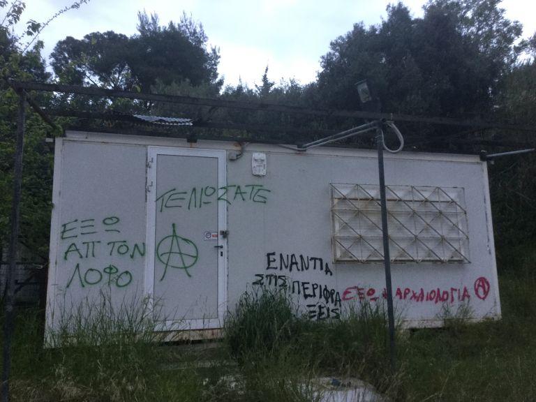 Στο έλεος αναρχικών ο λόφος του Φιλοπάππου – Βανδαλισμοί μπροστά τα μάτια έντρομων τουριστών | tovima.gr