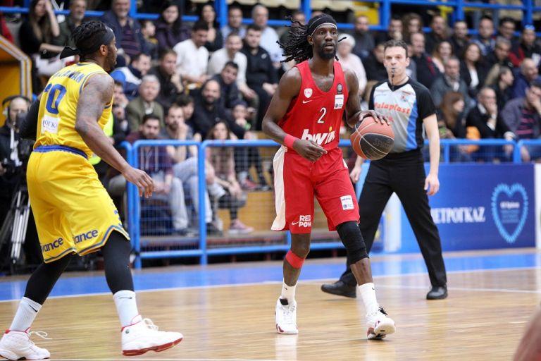 Εξαλλοι στον Ολυμπιακό με τους διαιτητές! | tovima.gr