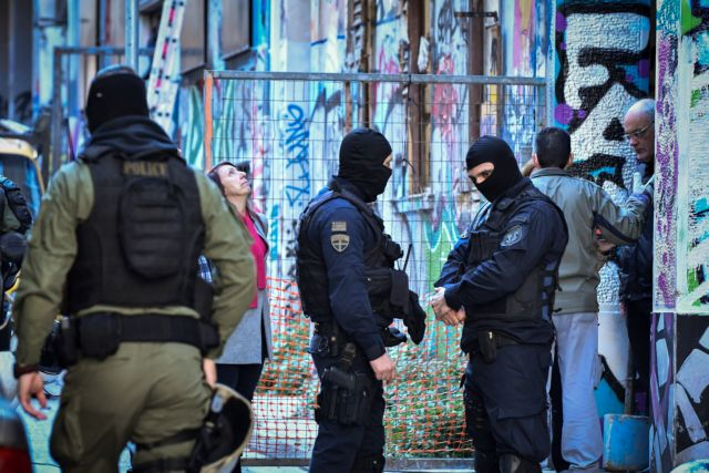 Στην κατάληψη των Εξαρχείων η γυναίκα που είχε διαφύγει από τους λιμενικούς   tovima.gr