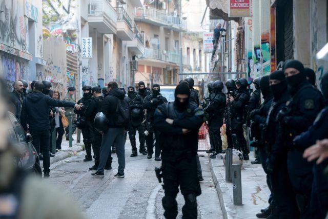 Εξάρχεια: Aστυνομική επιχείρηση με 3 συλλήψεις και 90 προσαγωγές | tovima.gr