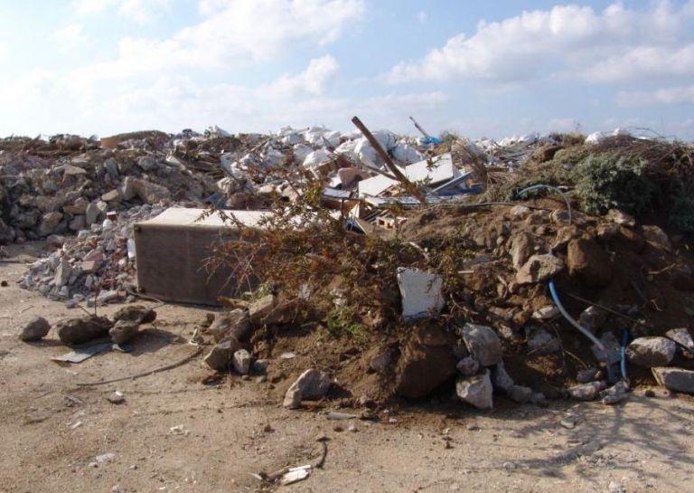 Ανεξέλεγκτη χωματερή στα Μεταλλεία της Μυκόνου | tovima.gr