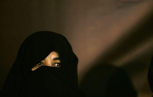Ιράν: Έβγαλε δημοσίως τη μαντίλα της και φυλακίστηκε | tovima.gr
