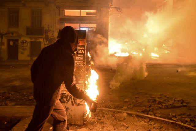 Εξάρχεια: Επίθεση κουκουλοφόρων κατά των ΜΑΤ | tovima.gr