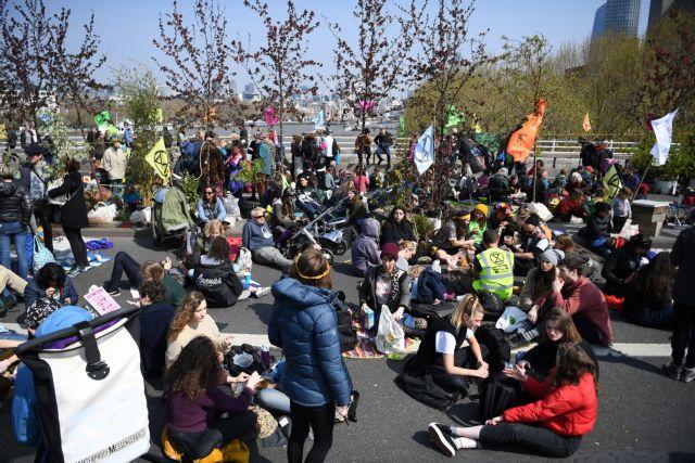 Λονδίνο: Διαδηλωτές διαμαρτύρονται για την κλιματική αλλαγή | tovima.gr