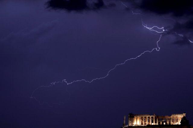 Κεραυνός έπεσε στην Ακρόπολη – Τέσσερις τραυματίες | tovima.gr