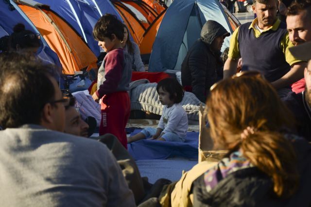 Πρόσφυγες: Τους ξεσπίτωσαν από τα Εξάρχεια και κατασκήνωσαν στο Σύνταγμα   tovima.gr