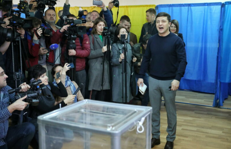 Ουκρανία – Προεδρικές:  Δεύτερος γύρος με μεγάλο φαβορί τον κωμικό Ζελένσκι | tovima.gr