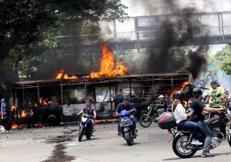 Βυθισμένη στο χάος ξανά η Βενεζουέλα: Εκκληση Γκουαϊδό για νέες διαδηλώσεις, απειλεί με διώξεις ο Μαδούρο | tovima.gr