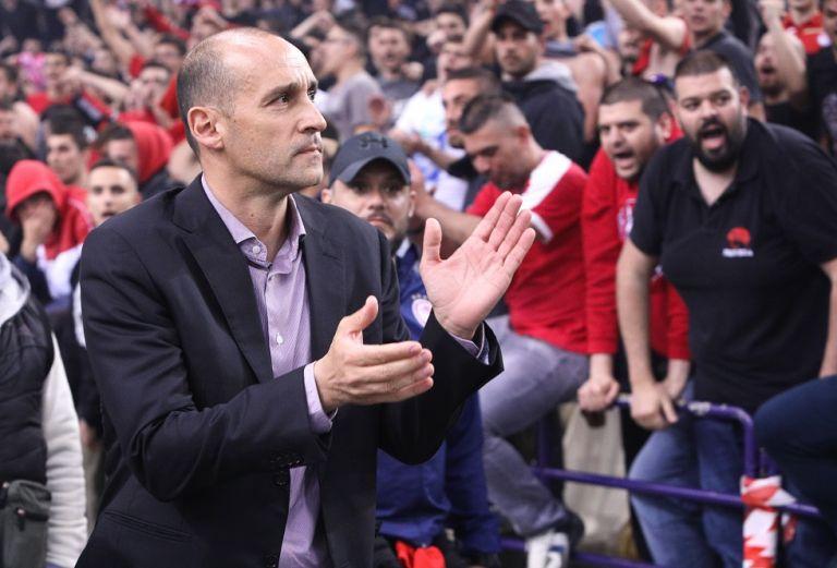 Οι οπαδοί του Ολυμπιακού αποθέωσαν τους Αγγελόπουλους | tovima.gr
