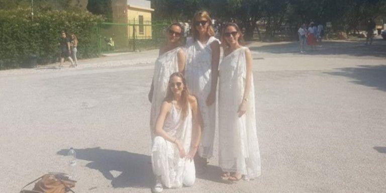 Απαγόρευσαν σε τουρίστριες να μπουν στην Ακρόπολη επειδή φορούσαν χλαμύδες | tovima.gr