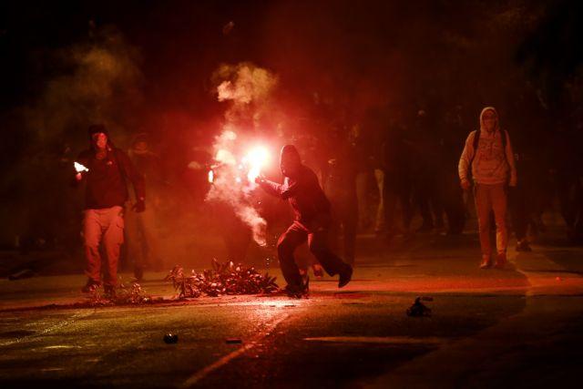 Νύχτα επεισοδίων – Επιθέσεις κουκουλοφόρων στα γραφεία του ΣΥΡΙΖΑ και Εξάρχεια | tovima.gr