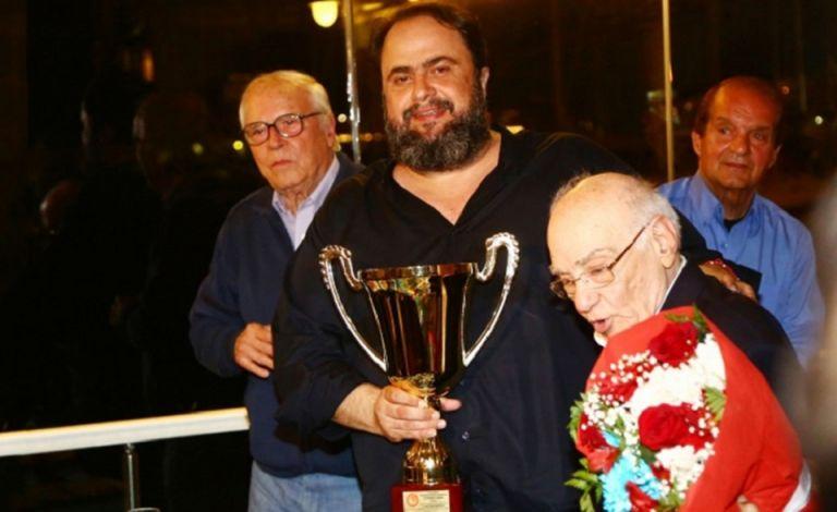 Τίμησαν τον Βαγγέλη Μαρινάκη οι Θρύλοι του Ολυμπιακού   tovima.gr