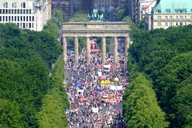Γερμανία : Χιλιάδες στους δρόμους κατά του εθνικισμού εν όψει ευρωεκλογών   tovima.gr
