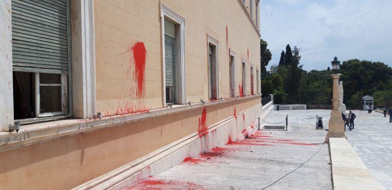 Επίθεση Ρουβίκωνα με μπογιές και καπνογόνα στη Βουλή λίγα 24ωρα πριν τις κάλπες (βίντεο) | tovima.gr