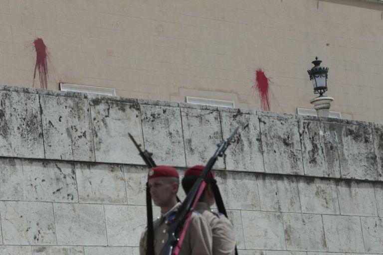 Tsipras, Voutsis condemn Rouvikonas' vandalisation of Parliament | tovima.gr