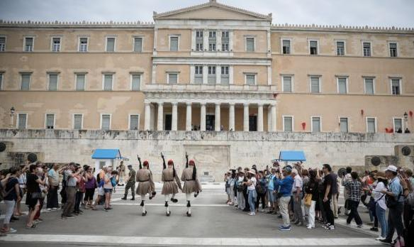 Διεθνής Τύπος για Ρουβίκωνα στη Βουλή: Τέτοιοι βανδαλισμοί, συχνοί στην Αθήνα | tovima.gr