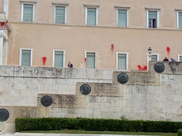 Eπίθεση Ρουβίκωνα στη Βουλή: σύσσωμη η καταδίκη των κομμάτων | tovima.gr