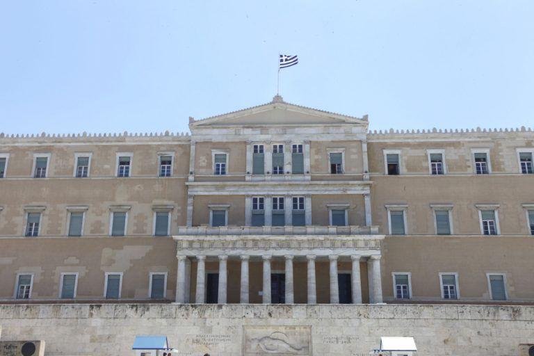 Επίθεση με μπογιές και καπνογόνα στη Βουλή | tovima.gr