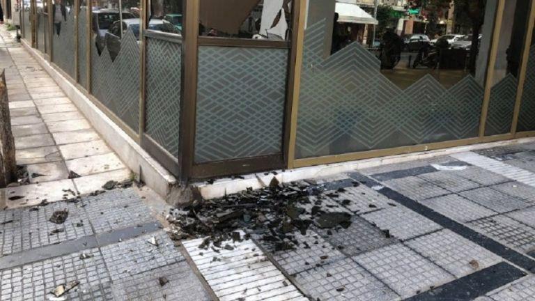 Θεσσαλονίκη: Εσπασαν τζαμαρία σε τράπεζα | tovima.gr