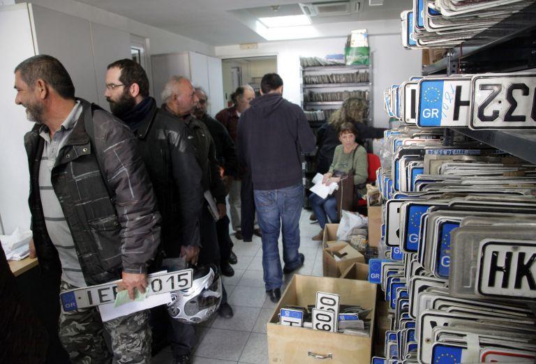 Πινακίδες και άδειες οδήγησης επιστρέφονται λόγω εκλογών | tovima.gr