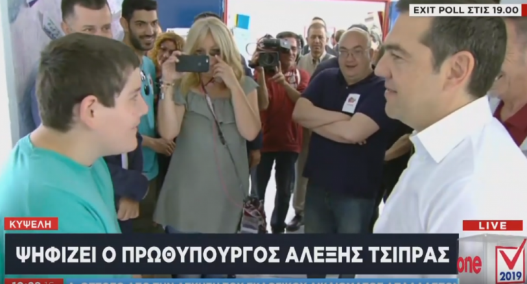 Η συνάντηση του Αλέξη Τσίπρα με 14χρονο μαθητή στο εκλογικό κέντρο | tovima.gr