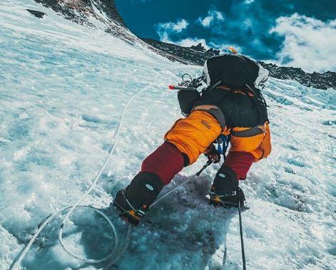 Έβερεστ:  Ορειβάτες περπατούν δίπλα σε σορό | tovima.gr